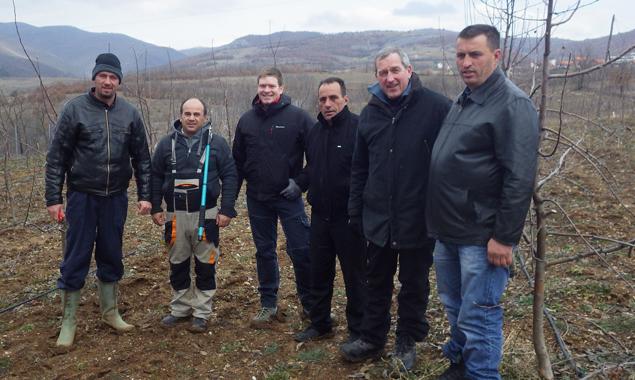 LAbg. DI Hermann Kuenz (2.v.r.) und sein Sohn DI Johannes Kuenz (4.v.r.) beim Besuch der Obstbauern im Kosovo