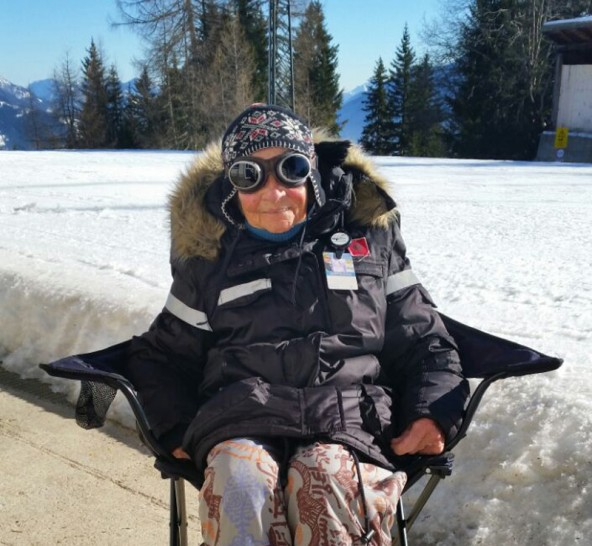 Ein Campingsessel, die Sonne und frische Bergluft: Wilma Rohner ist 98 und fast täglich Stammgast auf dem Lienzer Zettersfeld. Foto: Bergbahnen