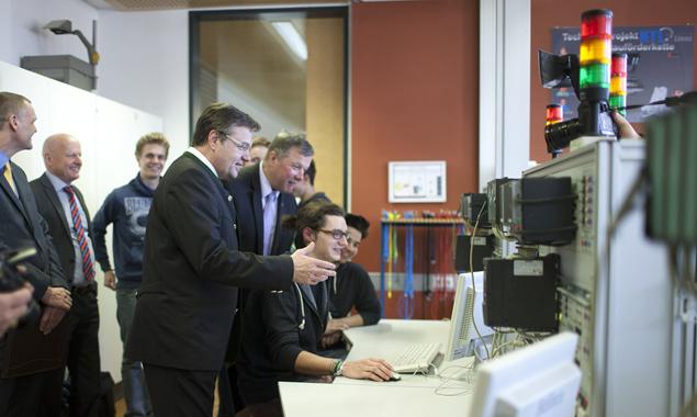 LH Platter bei seinem Besuch in der HTL Lienz. Schon damals zeigte er sich begeistert von dem Studienprojekt für die Stadt. Foto: Martin Lugger