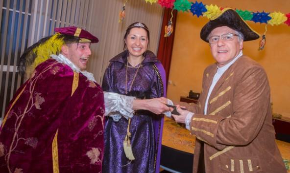 Nicht nur in Sillian regieren derzeit die Narren. Im Bild von links: Graf Manfred (Mair) und Gräfin Natalie (Strieder), die von Bürgermeister Erwin Schiffmann am 12. Februar die Schlüssel der Marktgemeinde erhielten. Foto: Brunner