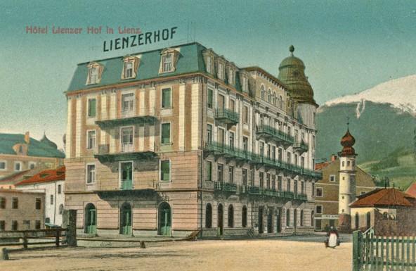 """Erfinder Thomas Alva Edison nächtigte 1912 im """"Lienzerhof"""", dem heutigen Postgebäude und verschickte vielleicht diese Ansichtskarte. Foto: TAP"""