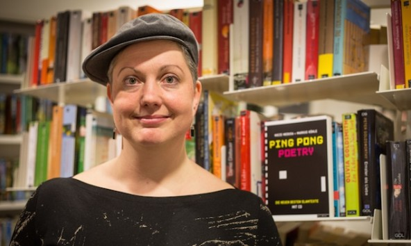 In Mieze Medusas Poetry Slam-Moderation brachte sie dem Publikum als Erstes das Klatschen nach Noten bei © Clemens Girstmair
