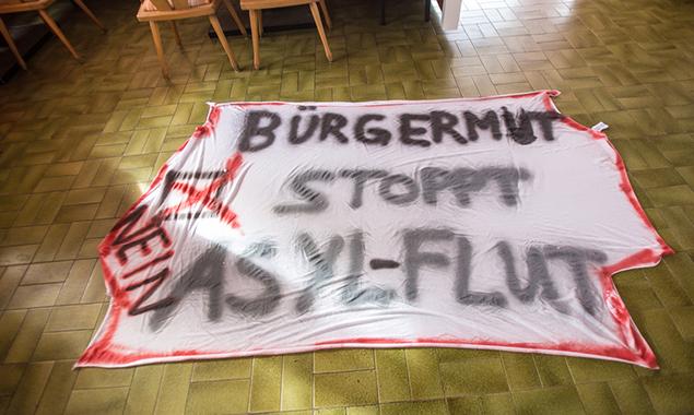 Ein Protestplakat sollte die Stimmung im Ort zeigen © Brunner Images