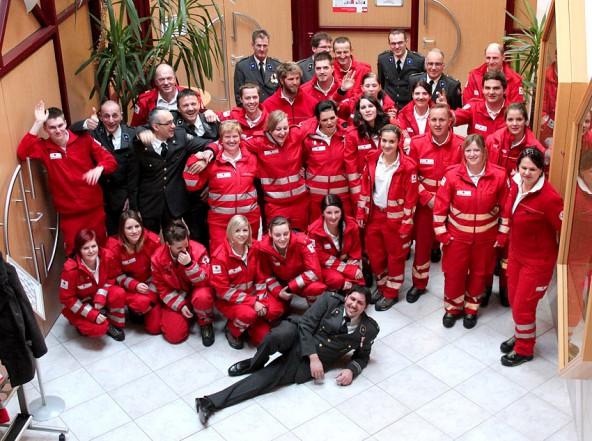Die RettungssanitäterInnen mit der Prüfungskommission und den Ortsstellenvertretern. (Foto: Rotes Kreuz Osttirol)