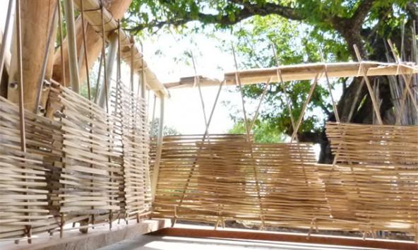 Wenn es der Baustellenbetrieb erlaubt, wird nebenbei am Bambussichtschutz gearbeitet. (Fotos: GELATAT)