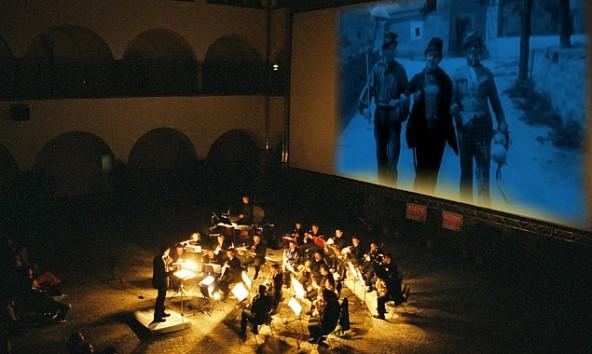 """Die Filmmusik zu """"Lumpaci Vagabundus""""  stammt vom jungen österreichischen Komponisten Florian C. Reithner, der das Ensemble """"Filmharmonie"""" auch selbst dirigiert."""