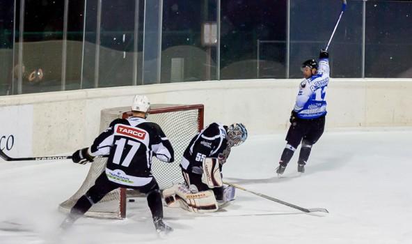 Ein Bild sagt alles. Die Icebears jubeln und die Wölfe lassen den Kopf hängen. Toblach spielt gegen die Oilers um den Titel. Foto: Brunner Images