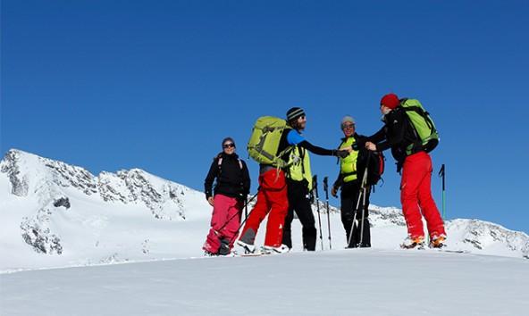 """Die Teilnehmer von """"Alpine Jugend Hoch 4"""" sind in drei Teams zu je vier Personen plus Bergführer unterwegs. Foto: Alpenvereinsjugend/Jef Verstraeten"""