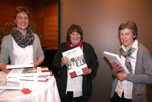 Auch die Mitarbeiterinnen des Sozialsprengels freuen sich über die Chronik.