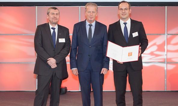 Wirtschaftsminister Reinhold Mitterlehner (Mitte) mit Thomas Gruidl (Liebherr, Leiter Prozesstechnik und -entwicklung) sowie Lucas Nerud (Liebherr, Geschäftsführer Bereich Vertrieb). Foto: BMWFW/Martin Lusser