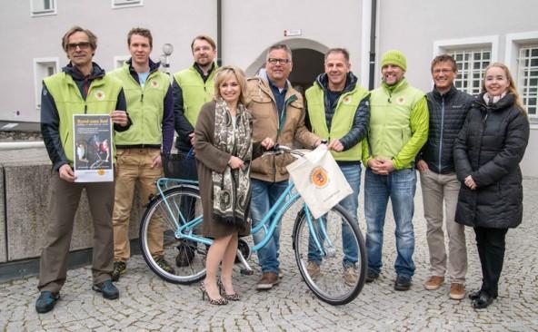 Bürgermeisterin Elisabeth Blanik flankiert von der Fahrradhändlern der Stadt und Stadtmarketing-Mitarbeiterin Iris Rampitsch (rechts). Foto: Stadt Lienz/Lenzer