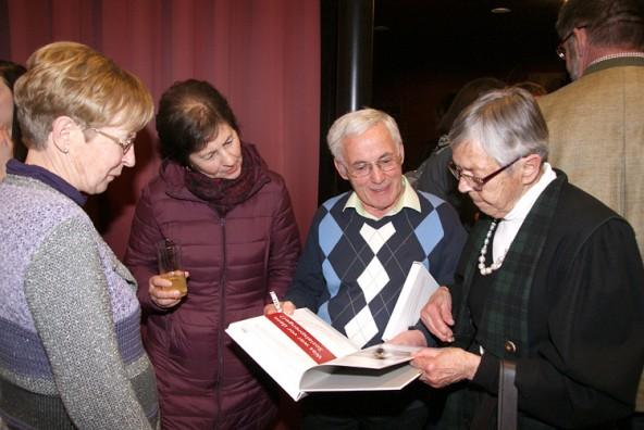 Viele schöne Erinnerungen finden sich im neuen Nachschlagewerk des Sozialsprengels Assling-Anras-Abfaltersbach.