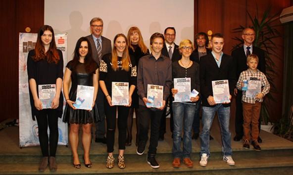 Die Talente 2015 mit ihren Lautdatoren und dem Vorstand der Sparkasse Lienz. Foto: Wolfgang Lechner