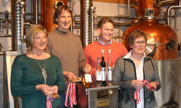 Von der Fachjury der Destillata 2015 ausgezeichnet (v.l.): Elke Obkircher, Rudi Schwarzer und Familie Kuenz. (Foto: Schwarzer)