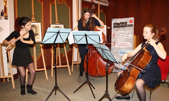 Die Kontrabassistin Laura Perfler aus Thurn brachte zwei Schulkolleginnen vom Wiener Musikgymnasium mit. Foto: Wolfgang Lechner