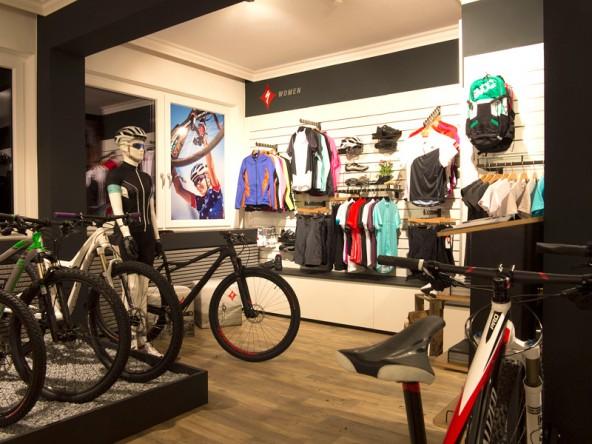 Das Herz des Angebotes von Dolomite Bike bildet die Marke Specialized mit ihrem breiten Bike Angebot inklusive Schuhen und Bekleidung, natürlich auch für Ladies.