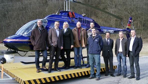 Der neue Flugplatz-Geschäftsführer Wolfgang Steiner (2. v. l.) umgeben von neuen und alten Gesellschaftern des Platzes in Nikolsdorf.