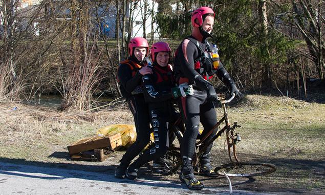 Ein Stunt des Putztrupps mit gefundenem Rad. Foto: Wasserrettung Osttirol