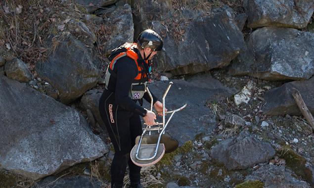 Einrichtungsgegenstände liegen auch am Ufer herum. Foto: Wasserrettung Osttirol