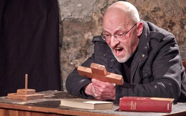 Peppe Mairginter zieht die Zuschauer wortgewaltig in die Passionsgeschichte hinein. Foto: Theaterwerkstatt