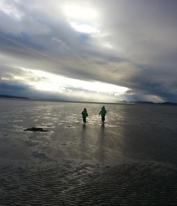 Unsere Kinder spielen im Meer vor Ardersier. Foto: Anja Kofler