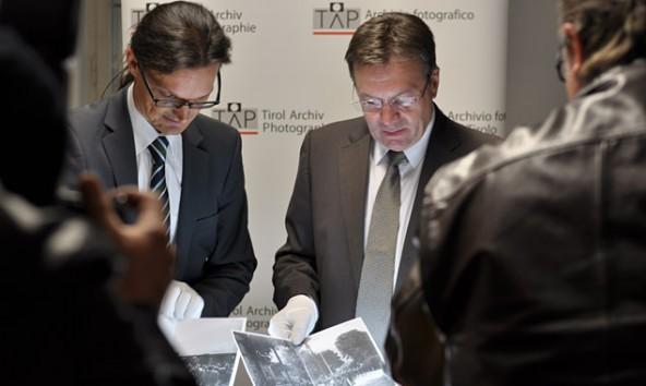 Mit Samthandschuhe werden historische Fotobestände für spätere Generationen gesichert. TAP-Leiter Martin Kofler und Landeshauptmann Günther Platter.