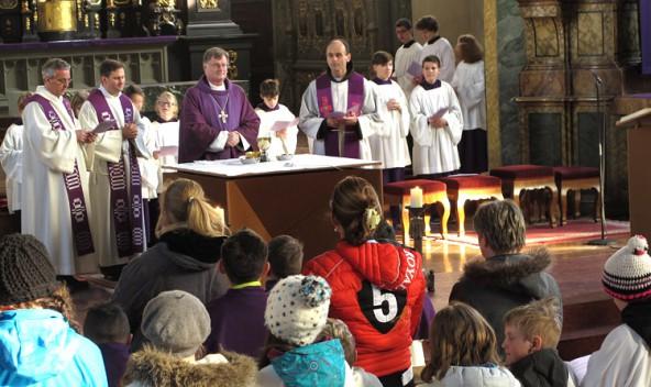 Bischof Manfred Scheuer bedankte sich bei den begeisterten Minis für ihren wichtigen Dienst.