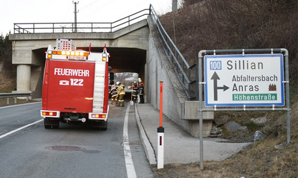 Der Ölaustritt auf der B100 sorgte für Verkehrsbehinderungen © Brunner Images