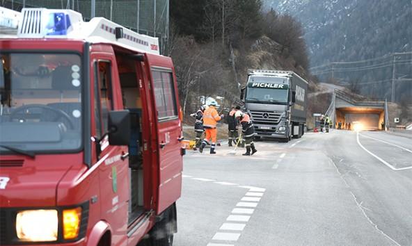 Die Feuerwehr Anras und die Straßenmeisterei sorgten dafür, dass die Straße bald wieder befahrbar war. © Brunner Images
