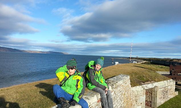 Kilian und Aaron auf Fort George mit Blick auf die Black Isle.