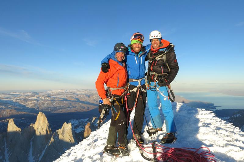 Tibu, Stefan Siegrist, Thomas Huber (Mitte) und Dani Arnold am Gipfel des Cerro Torre nach einer erfolgreichen Winterbesteigung über die Westwand, 2013.