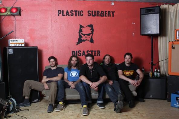 "Extrembergsteiger Thomas Huber ist auch Sänger und Texter der Band ""Plastic Surgery Disaster"". Stilrichtung: harter Gitarrenrock, Stonerrock."