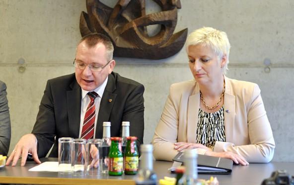 Johannes Tratter erklärte die Fachkräfte-Offensive des Landes. Doris Batkowski unterstrich den Wert von Bildung. Fotos: Dolomitenstadt
