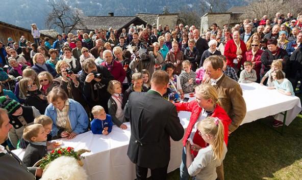 Alle warten auf die Bekanntgabe des glücklichen Gewinners. Wer darf den Widder mitnehmen? Foto: EXPA/JFK