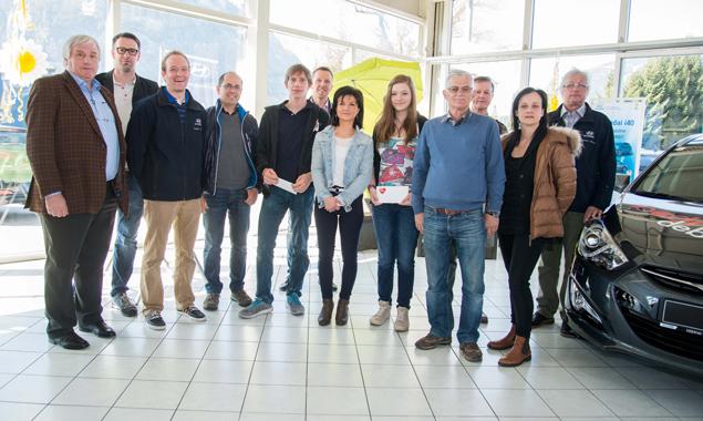Die Osttiroler Autohändler gratulieren den glücklichen Gewinnern Christian Krüger, Fabienne Waldner, Rosi Kandolf, Viktoria Küng (nicht im Bild) und Richard Langhold. Foto: Stadt Lienz/Lenzer