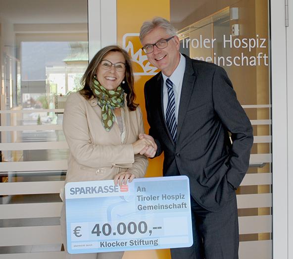 Anton Klocker (Verwaltungsratsvorsitzender der Klocker Stiftung) und Elisabeth Zanon (Vorsitzende der Tiroler Hospiz-Gemeinschaft) freuen sich über die großzügigen Spende. Foto: Tiroler Hospiz-Gemeinschaft