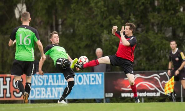 Kampfbetont und für beide Mannschaften wenig befriedigend verlief das Spiel im Aguntstadion. Foto: Brunner Images