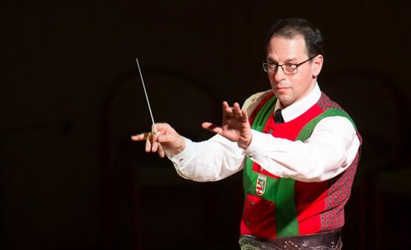 Jo Mair dirigiert die Eisenbahner Stadtkapelle Lienz. Fotos: Brunner Images