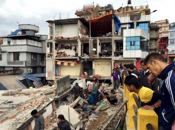 Fieberhaft suchen Helfer in der teilweise stark zerstörten Stadt katmandu nach Überlebenden unter den Trümmern. Foto: Reuters/Navesh Chitrakar