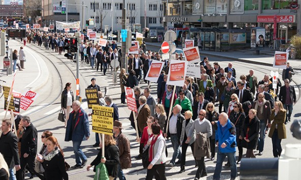 Etwa 2.000 Personen demonstrierten zuerst in der Innsbrucker Innenstadt und übergaben dann ihr Forderungspaket. Foto: Die Fotografen