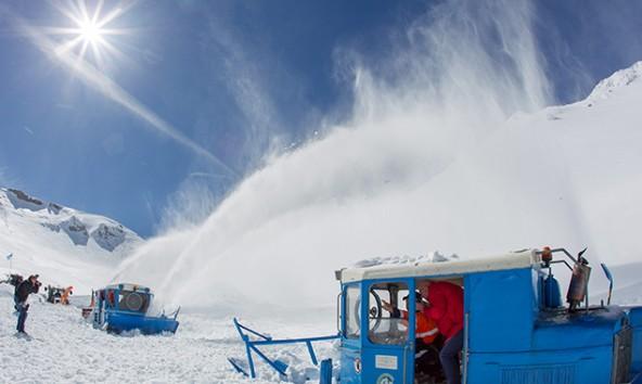 Schaulustige und Fotografen reisten am 29. Mai an, um dem Spektakel der Schneeräumung am Hochtor beizuwohnen. Foto: EXPA/ JFK
