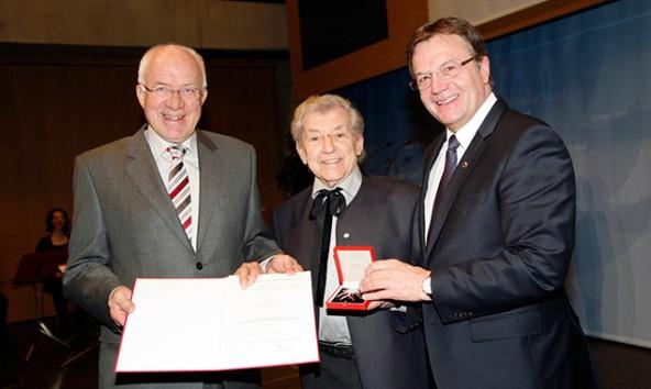 LH Günther Platter überreichte gemeinsam mit LTP Herwig van Staa überreichen Jos Pirkner das Große Ehrenzeichen für Verdienste um die Republik Österreich. Land Tirol/Frischauf Bild