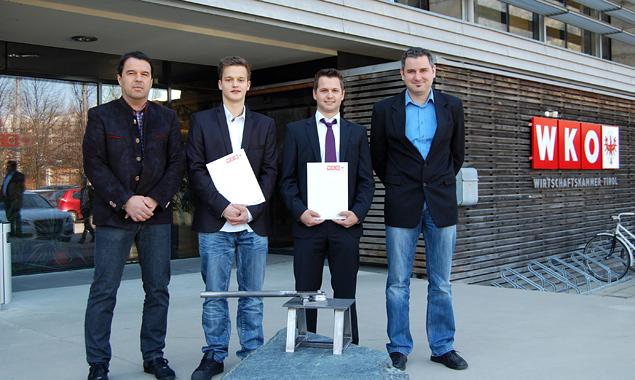 Im Bild (v.l.): Werner Idl (Vorsitzender), Andreas Pitterl und Daniel Unterweger – beide haben ihre Lehrabschlussprüfung mit Auszeichnung bestanden, Hannes Rauter (Vorsitzender). Fotos: WKO