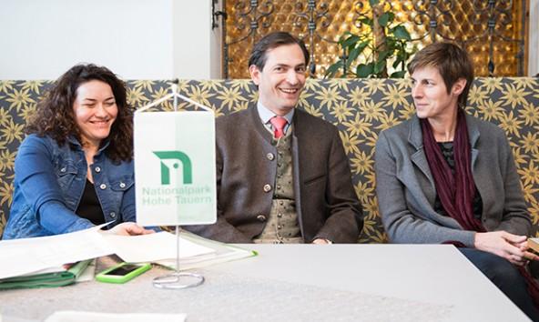 v.l. Ratsvorsitzende LHStv. Ingrid Felipe, Christian Ragger (Kärnten) und Astrid Rössler (Salzburg) bei ihrer Sitzung im Gasthof Ködnitz, Kals. Foto Expa/Groder