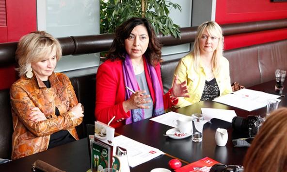 v.l.: Bürgermeisterin Elisabeth Blanik, Frauenvorsitzende Selma Yildirim und Gemeinderätin Anita Kerstein.