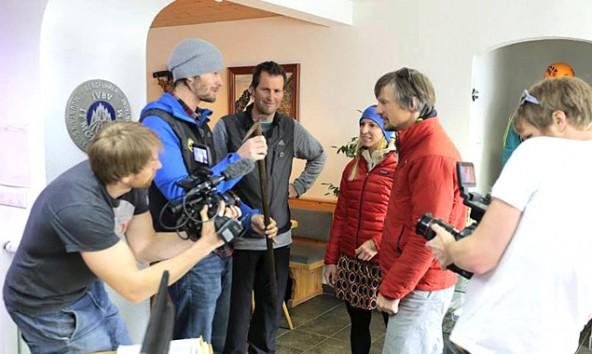 Steve House (rote Jacke) überreicht im Büro der Kalser Bergführer einen historischen Fund. Foto: Christian Riepler
