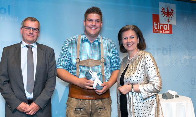 """Bei der Wahl zum """"Lehrling des Jahres 2014"""" landete Stephan Golmayer auf Platz 2. Dafür gab's eine kleine Anerkennung von Wirtschaftslandesrätin Patrizia Zoller-Frischauf. Gisbert Wieser (links) kann auf seinen Lehrling stolz sein. Foto: Land Tirol /Wucherer"""