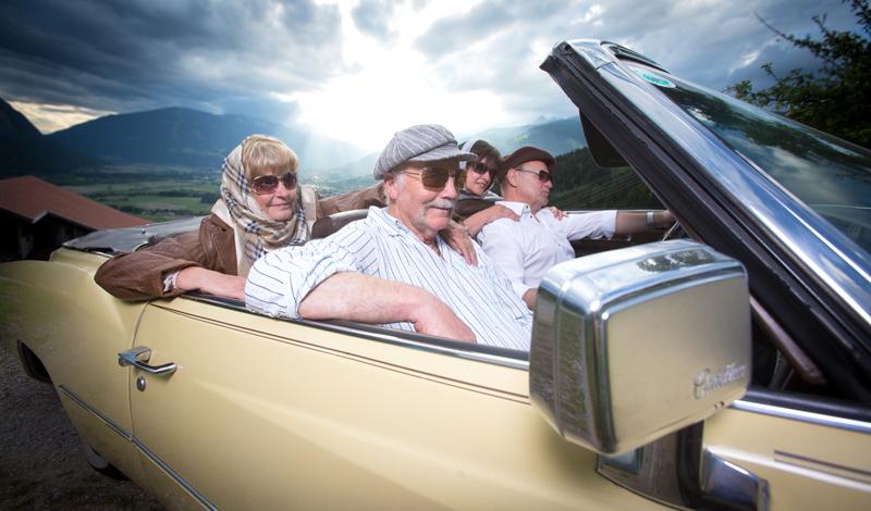Siggi, Helmut, Irma und Hannelore im Cadillac Eldorado hoch über Dölsach. Fotos: Brunner Images
