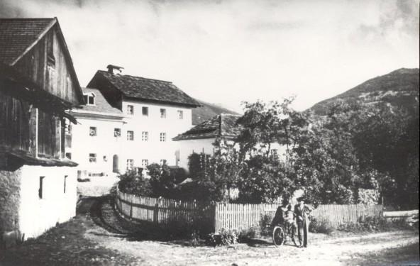 Lavant um das Jahr 1930. v. links: Flor Futterhaus, Steirer, das Gemeindehaus und das Schulhaus