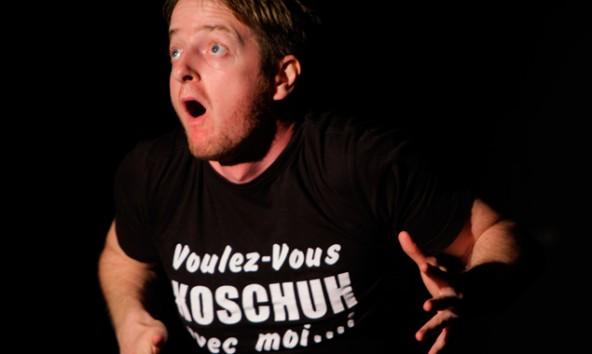 Markus Koschuh slammt in der Bücherei Lienz und gibt zuvor in einem Workshop Tipps für Nachwuchs-Slammer. Foto: Bullock